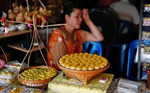 Bánh Kanom ở chợ nổi Amphawa