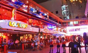 Khu đèn đỏ Bangkok Nana Plaza